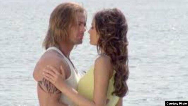 """El cubano William Levy es un ídolo en su país:  telenovelas como """"La Tempestad"""" forman parte de los paquetes de entretenimiento vendidos en el mercado informal."""