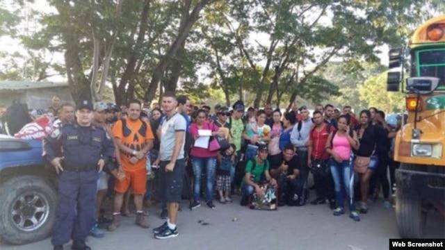 Cubanos retenidos el 30 de octubre en la frontera de Honduras con Nicaragua.
