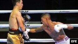 """El boxeador del equipo cubano """"Domadores"""", Marcos Forestal (d), se enfrenta a Bagdad Alimbekov (Kazajistán)."""