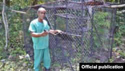 Ángel Cordero (Pachi) y la jaula trampa con la que atrapó los monos verdes.