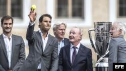 (i-d) El tenista suizo Roger Federer, el español Rafael Nadal, el extenista sueco Björn Borg, capitán del equipo de Europa en la Copa Laver, el extenista australiano Rod Laver, y el ex tenista estadounidense John McEnroe, capitán del equipo del resto del mundo.