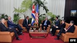 Miguel Díaz-Canel (c-d), acompañado por su canciller, Bruno Rodríguez (2d), se reúne con el senador republicano Jeff Flake (c-i) y el expresidente de Google Eric Schmidt (2i).
