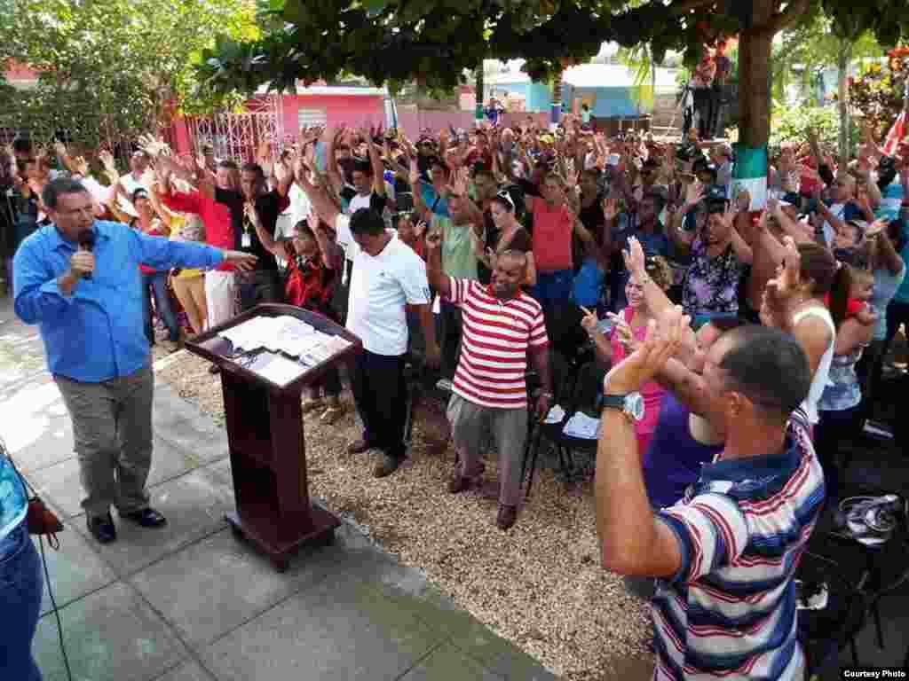 En un púlpito improvisado, el pastor Bernardo de Quesada se dirige por primera vez a los feligreses de la iglesia Fuego y Dinámica, luego que les derribaran el lugar de oración el 8 de enero de 2016.