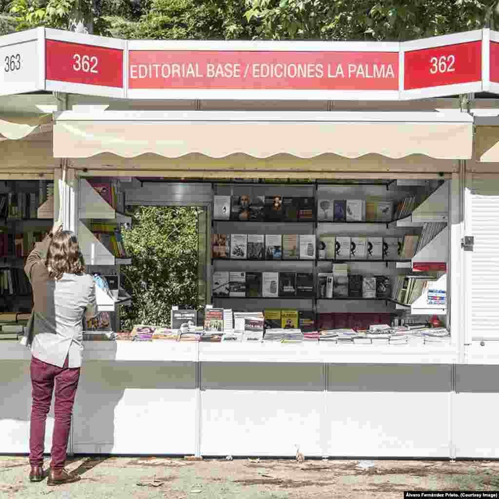 Abre el stand de Ediciones La Palma en la Feria del Libro de Madrid.