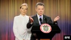 """El presidente de Colombia, Juan Manuel Santos junto a su esposa, María Clemencia Rodríguez (i),en declaraciones a la prensa hoy, viernes 7 de octubre de 2016, en la Casa de Nariño de Bogotá (Colombia). Santos, dijo hoy que recibe el Premio Nobel de Paz """""""