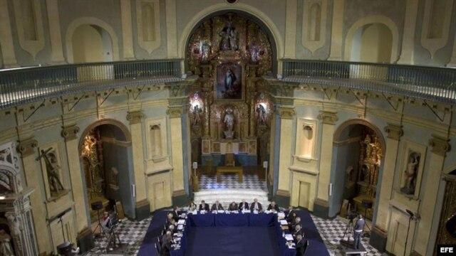 Aspecto general de la reunión plenaria que la Real Academia Española (RAE) celebró hoy en el gaditano Oratorio de San Felipe Neri, como homenaje a la Constitución de Cádiz de 1812.
