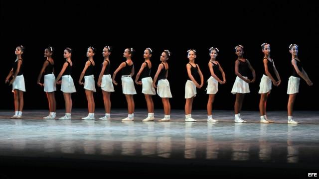 Integrantes de los diferentes niveles de las escuelas de ballet realizan un desfile en La Habana (Cuba).