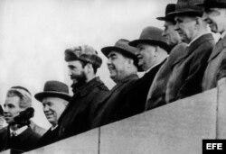 Fidel Castro (3º izda), acompañado de Nikita Kruschev (2º izda) y el presidente del Presidium del Soviet Supremo, Leónidas Brezhnev, (4º izda) durante los actos organizados en su honor a su llegada a Moscú en 1963.