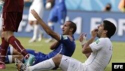 El zaguero italiano Giorgio Chiellini y el delantero uruguayo Luis Suárez tras el incidente sancionado por la FIFA.