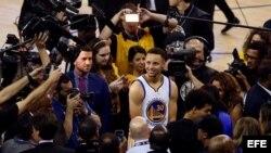 Curry conversa con los medios de comunicación.