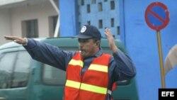 Un policía dirige el tránsito.