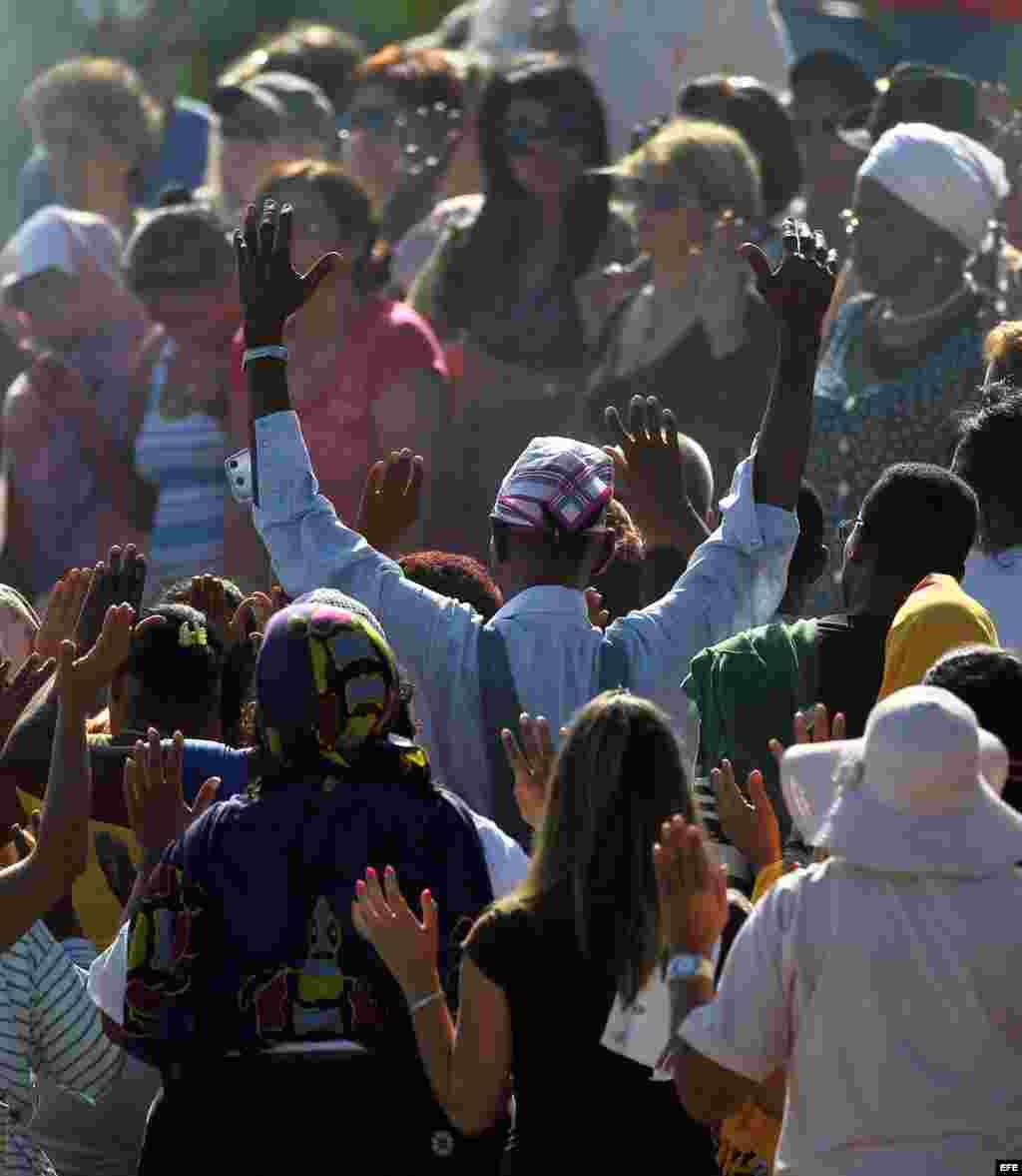 Unas 200 personas intentaron seguir el hilo de los rezos y rituales mayas.