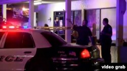La policía investiga la escena del tiroteo en el club nocturno Blu, de Fort Myers, Florida. (Foto: Captura de video NBC News)