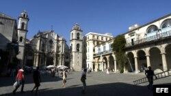HAB05 LA HABANA (CUBA) 14/11/04.- Vista de la Plaza de la Catedral ubicada en la parte vieja de la ciudad de San Cristóbal de La Habana que el próximo día 16 cumplirá 485 años de fundación. La Habana Vieja fue declarada por la UNESCO patrimonio de la huma
