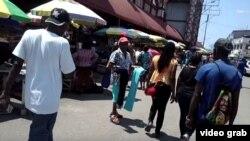 Vendedores y kioscos en Stabroek Market, el mercado más concurrido de Georgetown, Guyana.