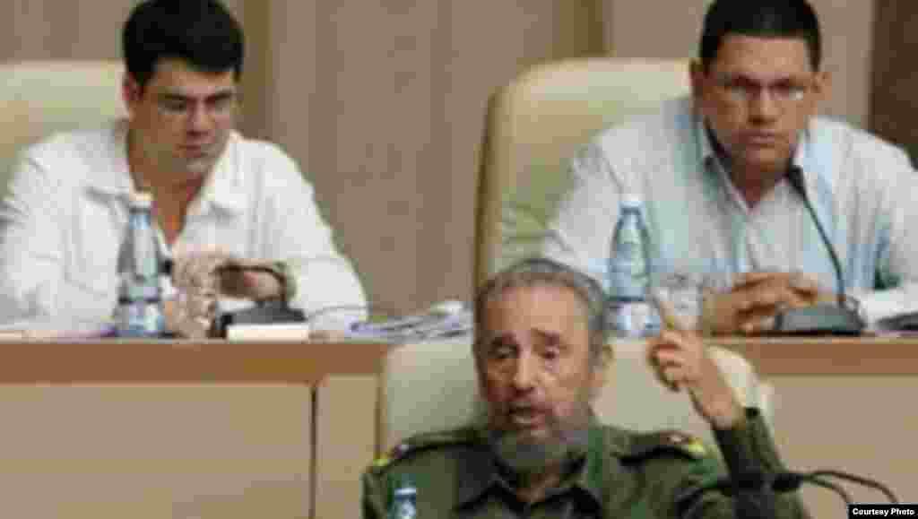 Carlos Valenciaga y Otto Rivero, detrás de Fidel Castro en la Asamblea Nacional