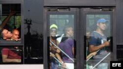 Varias personas viajan apiñados en un omnibus en La Habana. EFE