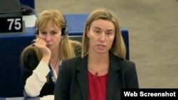 La alta representante de la Unión Europea, Federica Mogherini (c).