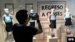 Maniquíes de niñas embarazadas en la vidriera de un centro comercial de Caracas