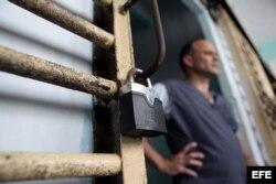 Un recluso permanece en la puerta de su celda, en la prisión Combinado del Este.