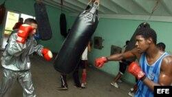 Fotografía de archivo de boxeadores cubanos integrantes del equipo nacional juvenil.
