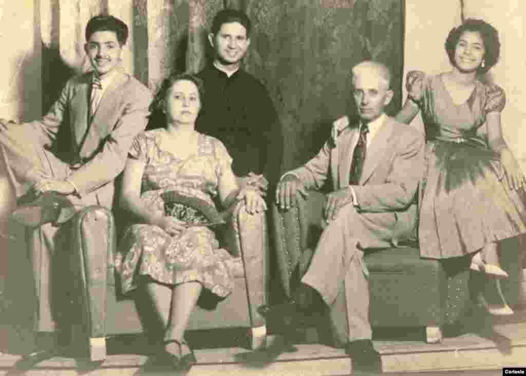 Padre Agustín Román posa con su familia, la madre Juana M. Rodríguez, padre Rosendo Román, hermano Nivaldo y hermana Iraida, en su nativa Cuba.
