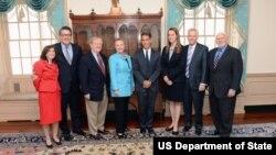 La Secretaria de Estado Hillary Clinton, con los miembros del BBG