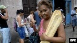 Una mujer se aprovisiona de pan, en La Habana (Cuba).