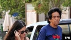 """Foto de archivo de 2008 de la """"bloguera"""" Yoani Sánchez, autora del blog """"Generación Y"""", en La Habana Vieja, junto a su esposo, Reinaldo Escobar."""