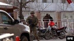 Un soldado estadounidense monta guardia a la entrada del Ministerio del Interior afgano en Kabul, Afganistán, el sábado 25 de febrero de 2012. EFE/S Sabawoon