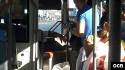 Pagando el costo del pasaje en La Habana en un ómnibus.
