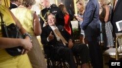 El expresidente de Estados Unidos, George H W Bush (c), participa en una ceremonia de reconocimiento y entrega número 5.000 del premio Daily Point of Light (Puntos de luz), la más grande organización del mundo dedicada al servicio voluntario en diversos c