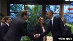 Tras saludar a Raúl Castro en el Palacio de la Revolución de La Habana, el presidente Barack Obama saluda a su hijo mayor, Alejandro Castro Espín.