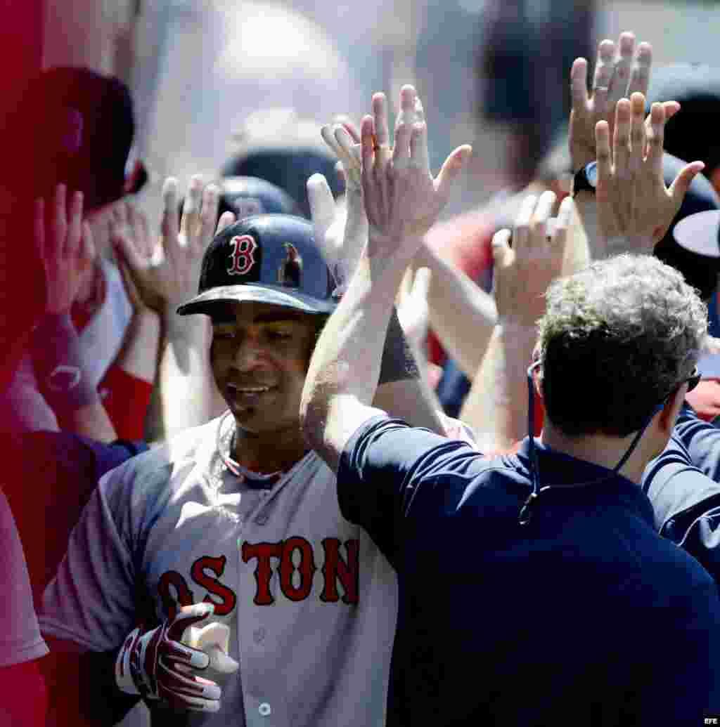 Felicitando a Yoenis Céspedes tras su jonrón con los Medias Rojas de Boston.