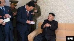 Fotografía cedida por el periódico del gobernante partido norcoreano de los Trabajadores, Rodong Sinmun, que muestra al líder Kim Jong-un (d) apoyado en un bastón durante su visita al distrito residencial científico Wisong, en Pyongyang (Corea del Norte).