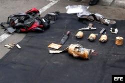 Vista de las armas que llevaban presuntos terroristas tras una explosión cerca de un centro comercial en Yakarta, Indonesia. EFE