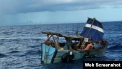Los cubanos escapan de la isla en precarias embarcaciones como esta.