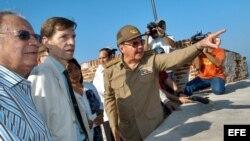 Raúl Castro Ruz conversa con el Embajador de España Carlos Alfonso Saldívar.
