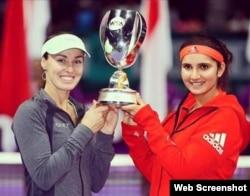 De izquierda a derecha Martina Hingins y Sania Mirza.