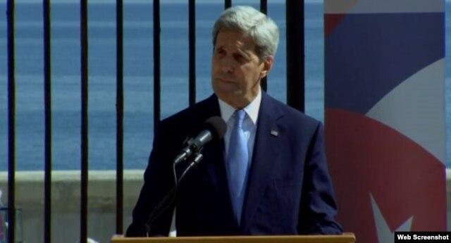 John Kerry en su discurso en la embajada estadounidense en Cuba.