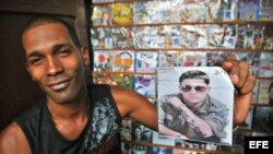 Un vendedor de discos por cuenta propia muestra un CD del cantante cubano Osmani García.