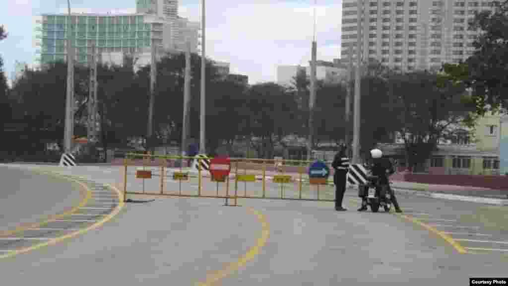 La policía cerró totalmente el tráfico vehicular por la avenida. (Foto de Manuel Guerra/ Cubanet)