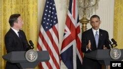 El presidente estadounidense, Barack Obama (d), y el primer ministro británico, David Cameron, ofrecen una rueda de prensa tras su reunión en el Despacho Oval de la Casa Blanca de Washington, Estados Unidos.