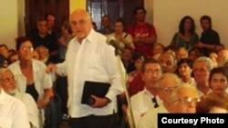 Carlos Saladrigas (guayabera blanca) conversa con algunos de los asistentes a la conferencia. Cortesía Juan Antonio Madrazo.