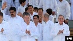 Juan Manuel Santos, Nicolás Maduro y Raúl Castro en la ceremonia de la firma del acuerdo, 26 septiembre de 2016, en la ciudad de Cartagena (Colombia).