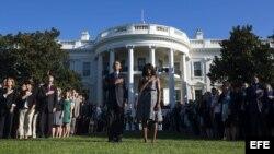 El presidente de Estados Unidos Barack Obama y su esposa, Michelle, escuchan el himno nacional durante una ceremonia por las víctimas del 11S, en la Casa Blanca en Washington (11 de septiembre, 2015.