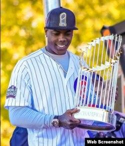 Aroldis Chapman sostiene el trofeo ganado por los Cubs de Chicago tras ganar la Serie Mundial.