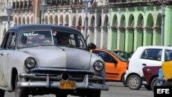 "Un viejo auto de fabricación estadounidense, conocido popularmente en Cuba como ""almendrón."