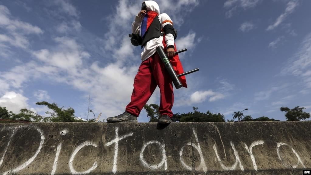 Un manifestante participa en el paro general convocado por la oposición este jueves en Caracas.