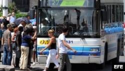 Pasajeros suben a un ómnibus estatal que cubre una ruta dentro de La Habana. (Archivo)